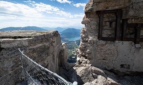 Scorcio panoramico tra i ruderi del Vezzena
