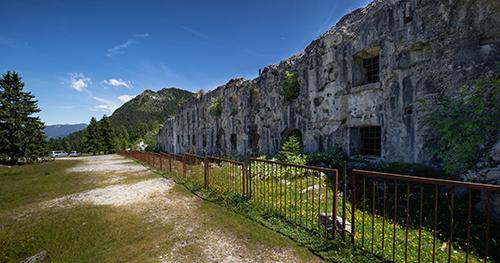 Il Forte Busa Verle, in fondo spicca lo Spiz de Levico.